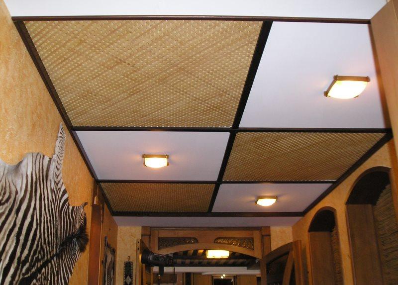 Кассетный потолок в прихожей небольшой площади
