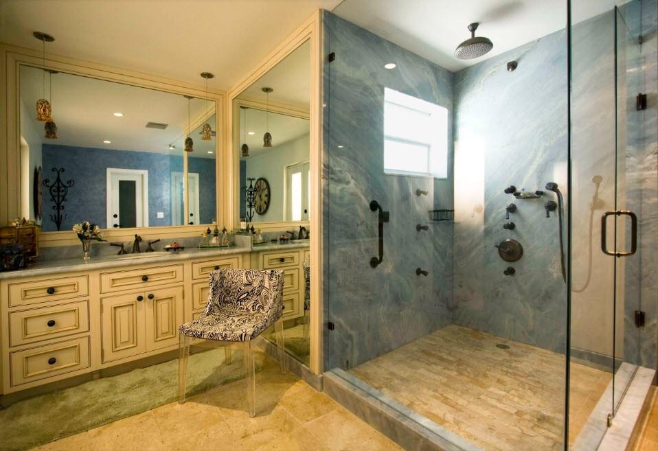 Душевая кабина с окном в ванной классического стиля