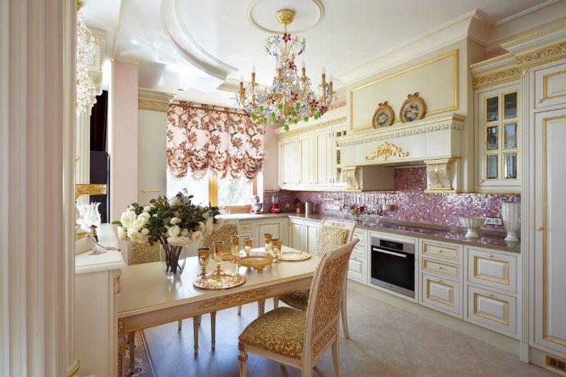 Интерьер просторной кухни в стиле классика