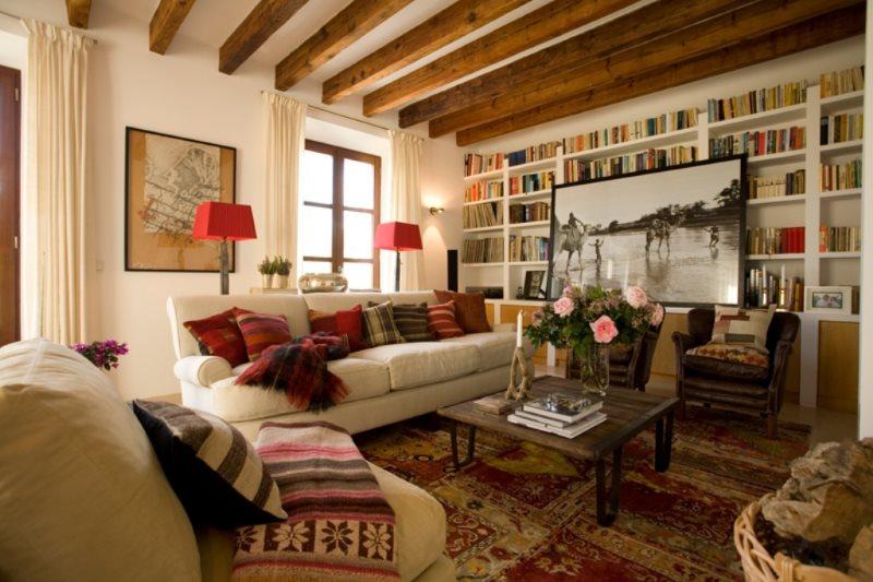 Декор балками потолка кухни-гостиной в квартире