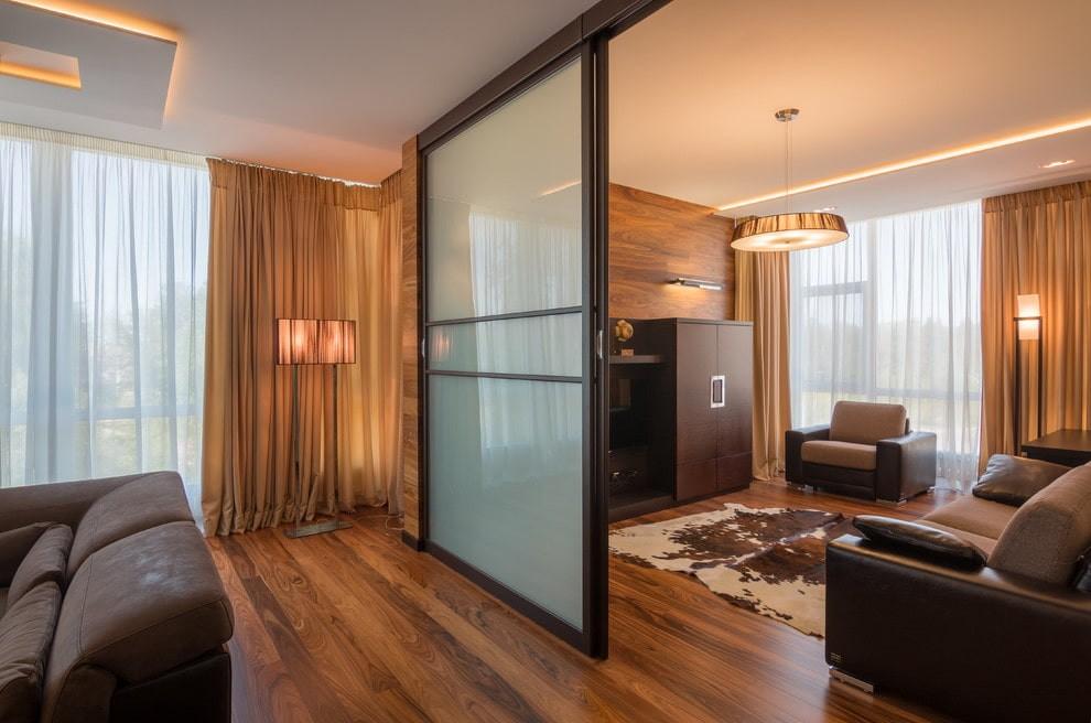Раздвижная дверь в гостиной современной квартиры