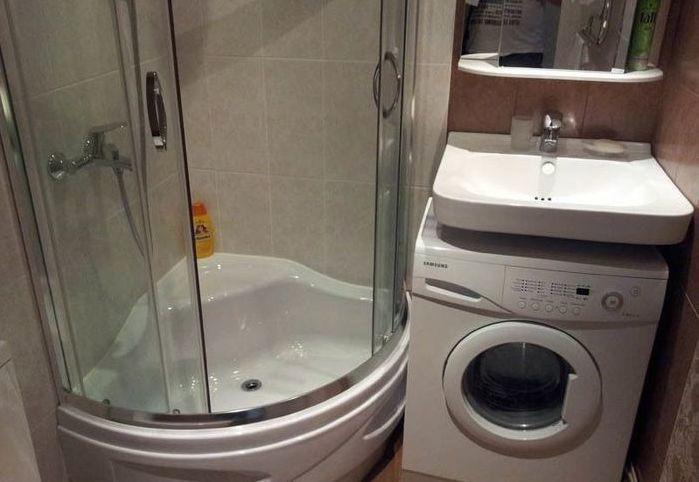Угловая кабинка в маленькой ванной со стиральной машиной