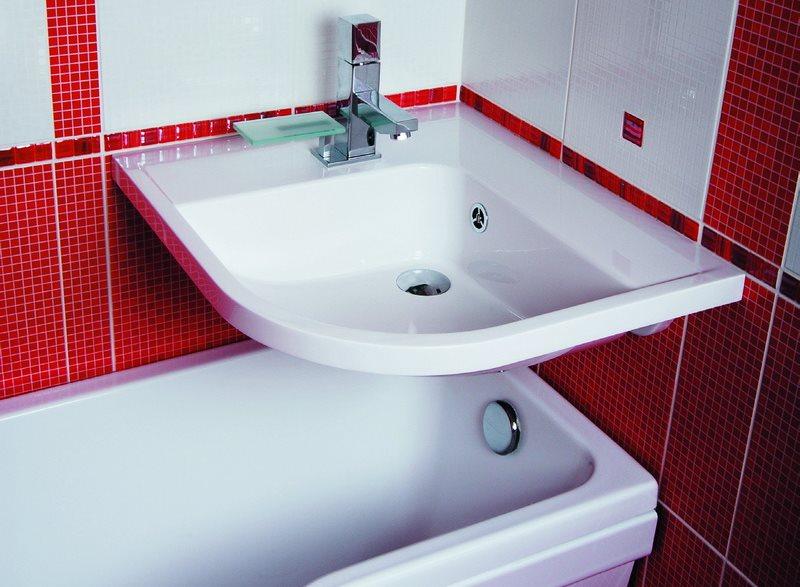 Угловая раковина над маленькой ванной