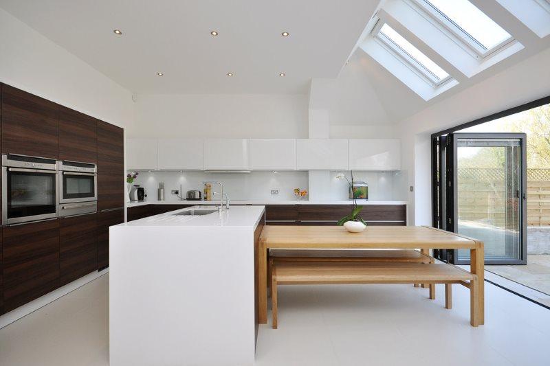 Интерьер кухни-столовой в контрастных цветах