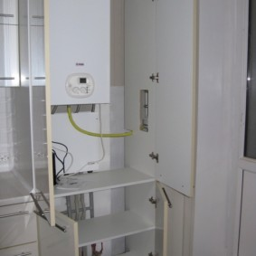 Открытые дверцы шкафа с газовым котлом