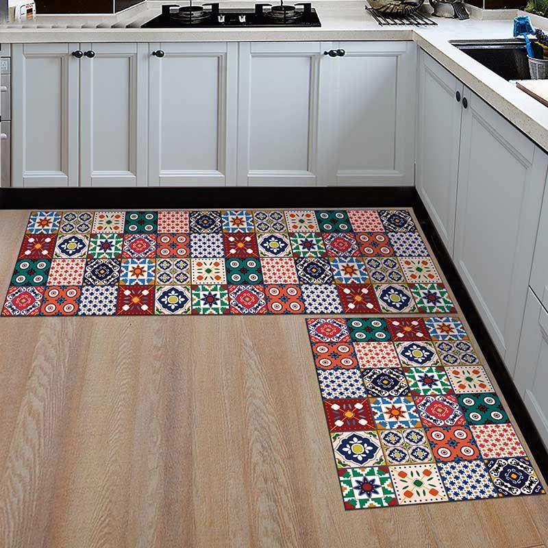 Два небольших коврика перед кухонным гарнитуром