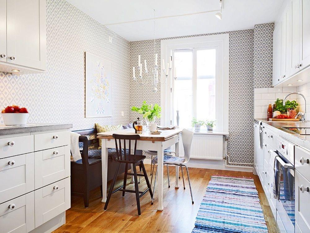 Длинный коврик на деревянном полу скандинавской кухни