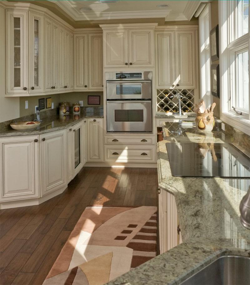 Коврик на полу кухни в стиле классики