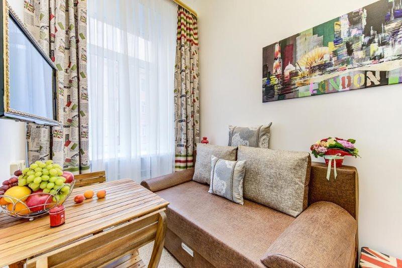 Кожаный диван на кухне среднего размера