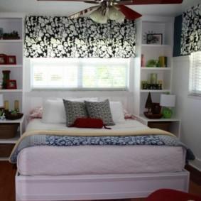 красивая спальня с кроватью у окна