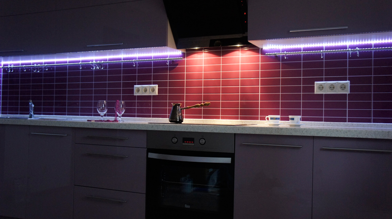 Голубая подсветка кухонного фартука