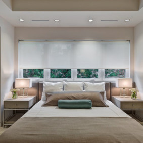современная спальня с кроватью у окна