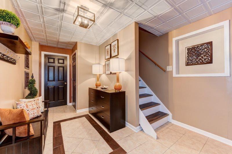 Пенопластовая плитка на потолке прихожей в частном доме