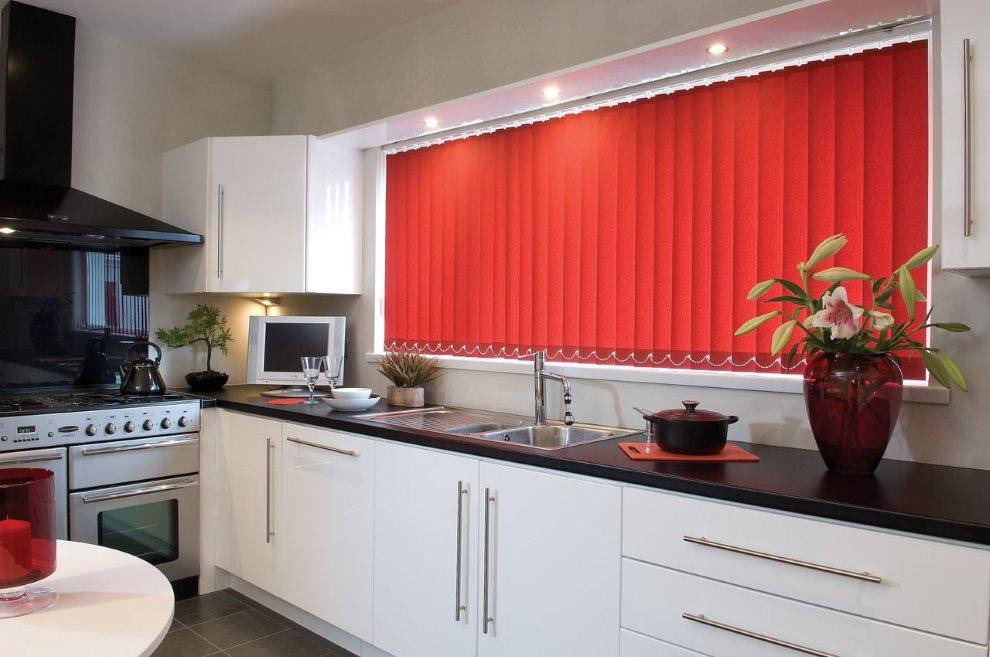 Красные жалюзи в светлой кухне