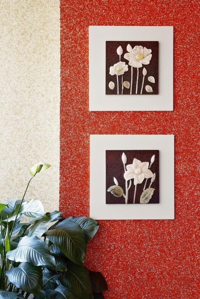Красные жидкие обои на стене кухни