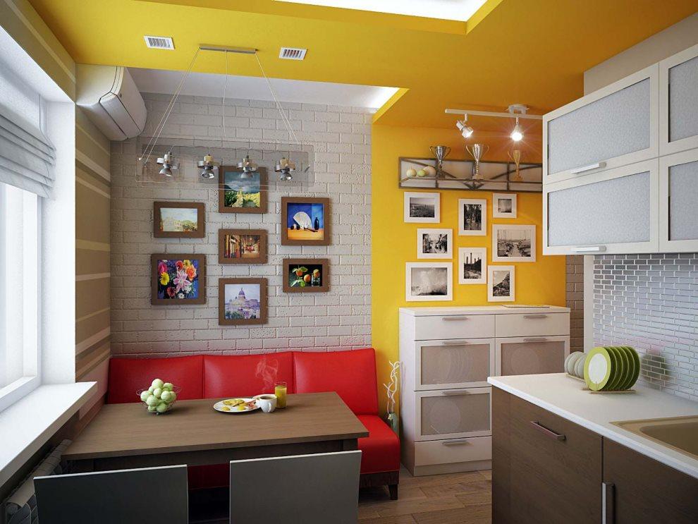 Красный диван в кухне с желтым потолком