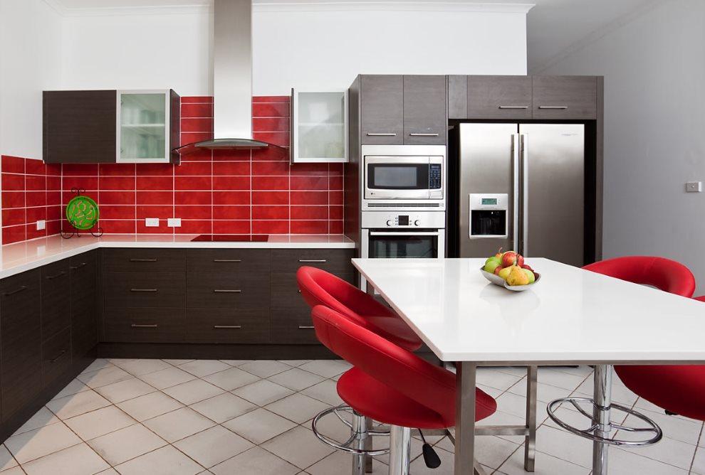 Кухонные стулья красного цвета около белого стола
