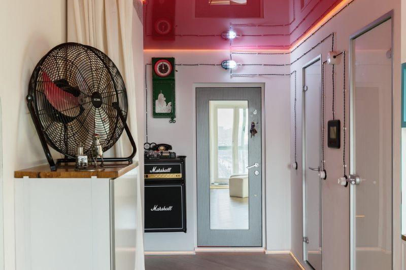 Красный натяжной потолок в коридоре квартиры