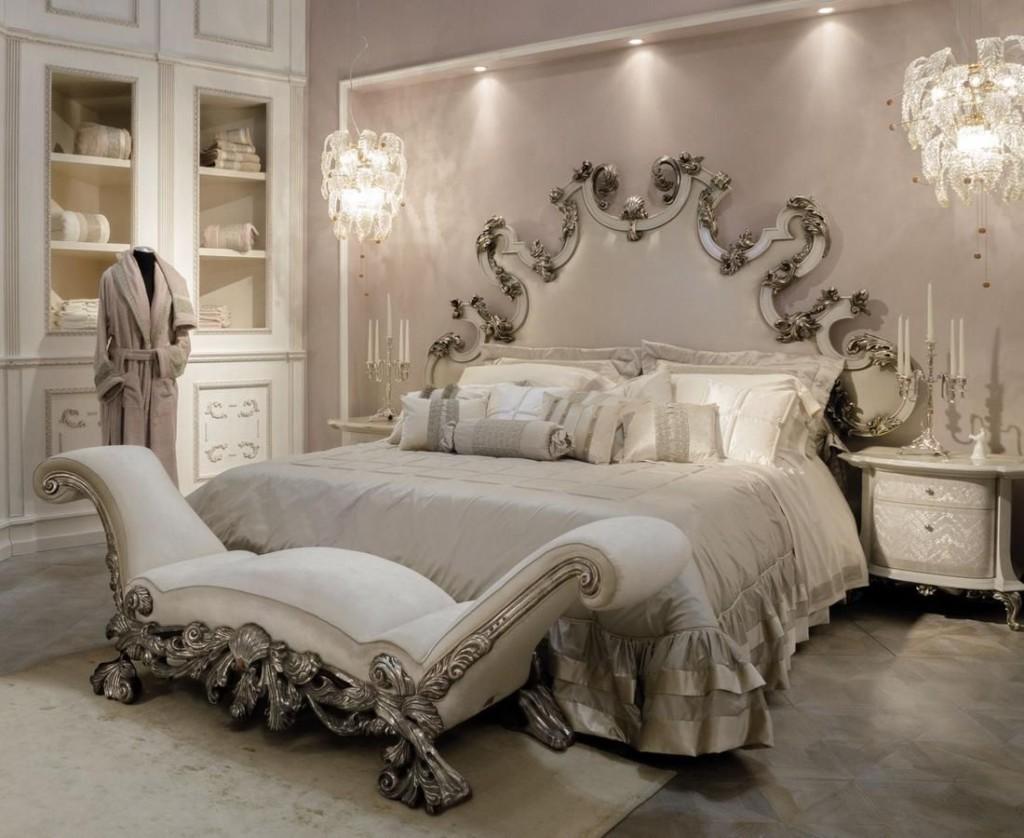 Большая кровать в спальне барокко