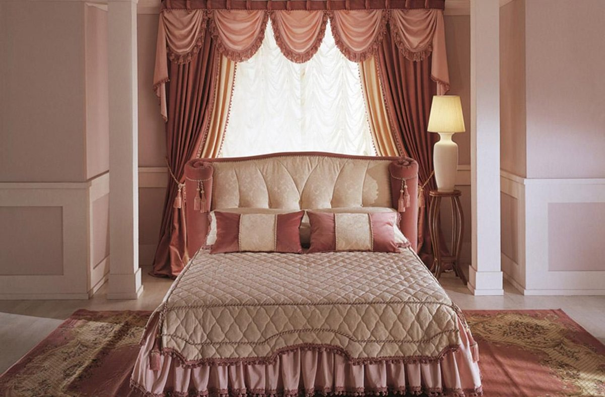 кровать изголовьем к окну барокко