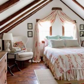 девичья спальня с кроватью у окна