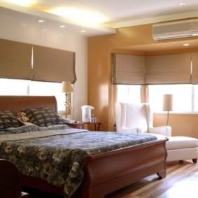спальня с кроватью возле окон