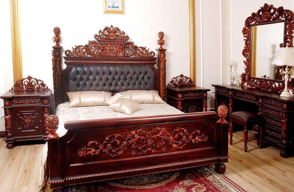 Роскошная кровать из красного дерева в спальне индийского стиля
