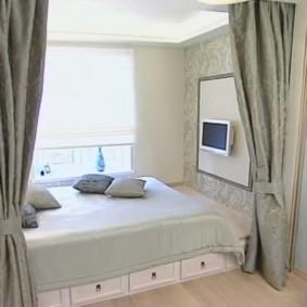 спальня с кроватью у окна в нише