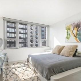 спальня минимализм с кроватью у окна