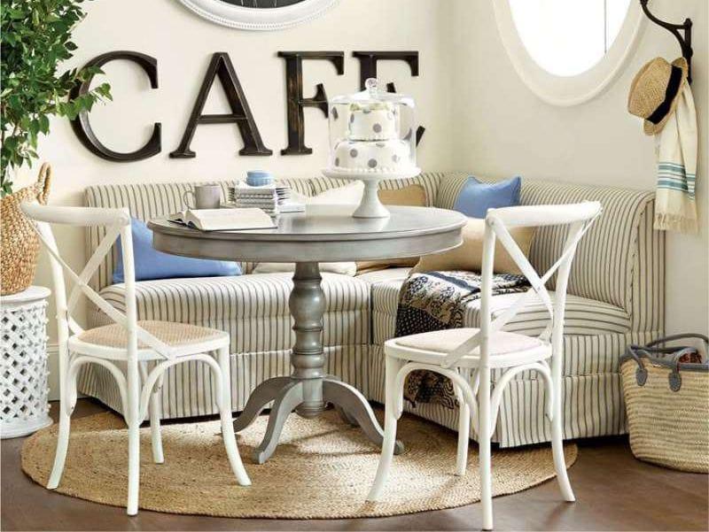 Круглый деревянный столик на вязаном коврике