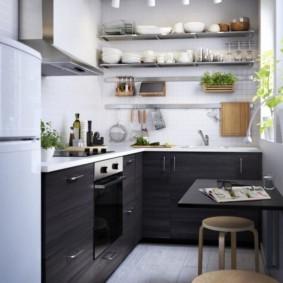 Г-образная кухня с открытыми полками