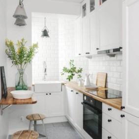 Линейный гарнитур в узкой кухне