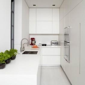 Узкая кухня в стиле минимализма