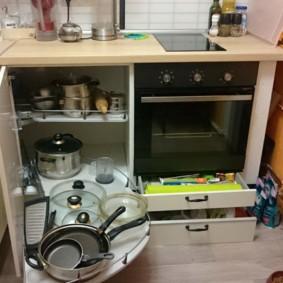 Удобные выдвижные полки кухонного гарнитура