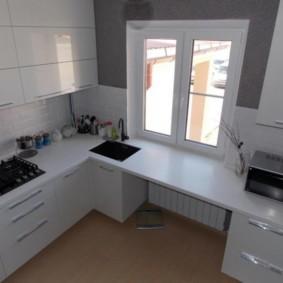 Современная кухня без занавесок на окне