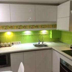 Зеленый фартук в небольшой кухне