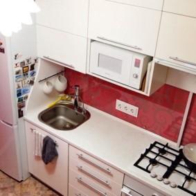 Мойка возле холодильника в маленькой кухне