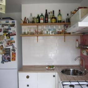 Двухкамерный холодильник в нише стены