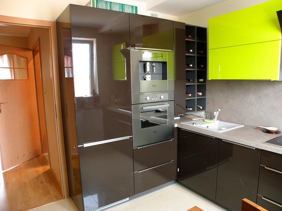 Кухня с холодильником в углу фото