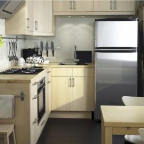 Низкий холодильник в кухне небольшого размера