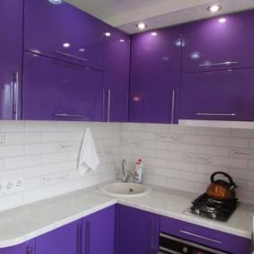 Белая столешница гарнитура с фиолетовыми фасадами