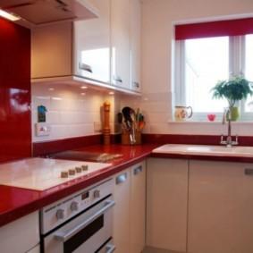 Красная столешница кухонной мебели