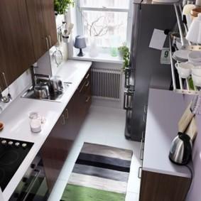 Полосатый коврик на полу маленькой кухни