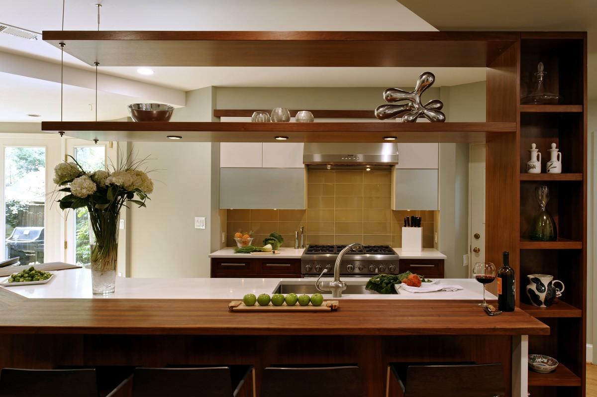 полки вместо подвесных шкафов на кухне фото актуально для тех