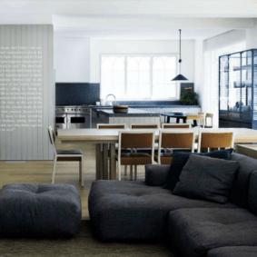 Темно-серый диван угловой формы