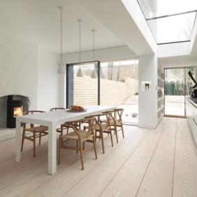 Кухня-гостиная с окном в потолке