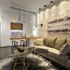Прямой диван около кирпичной стены