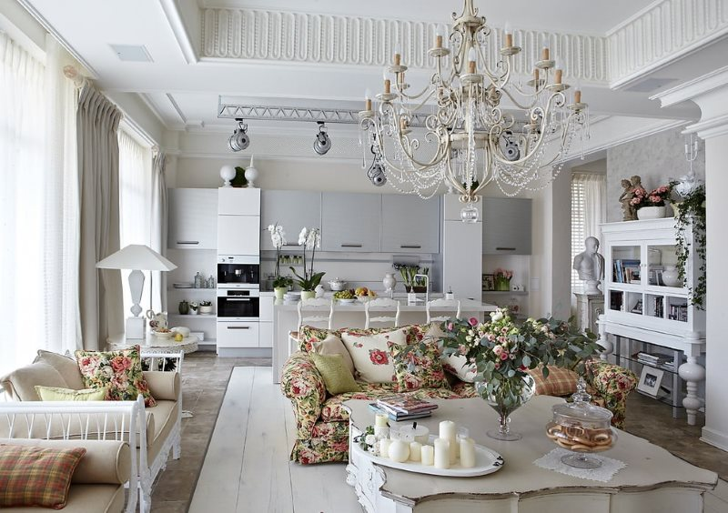 Большая люстра на потолке гостиной в стиле прованс