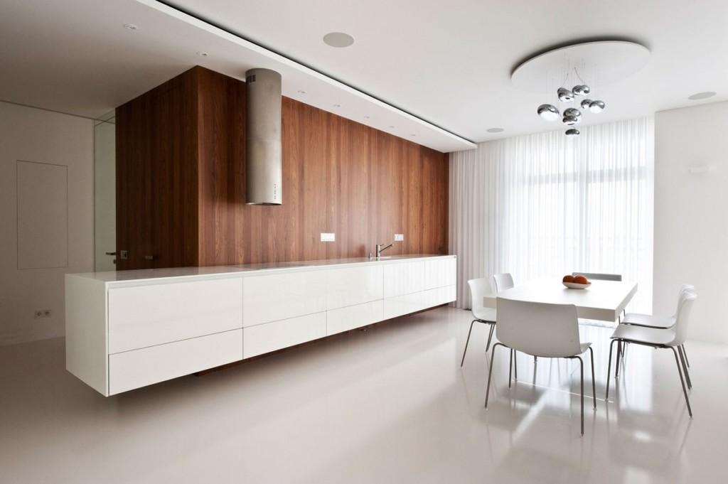 Деревянная отделка стены в кухонной зоне