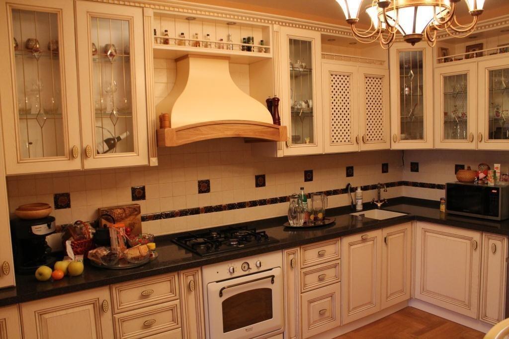 Купольная вытяжка в классической кухне